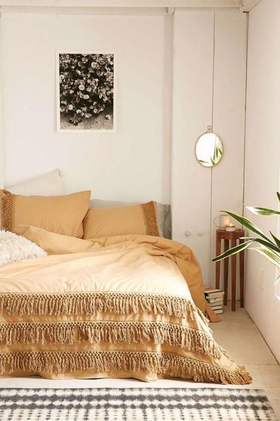 Schlafzimmer herbstlich gestalten weiche Hellbraunnuance Bettdecke Kissen