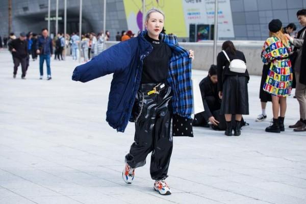 Μόδας της μόδας της οδού και μαύρο κοστούμι