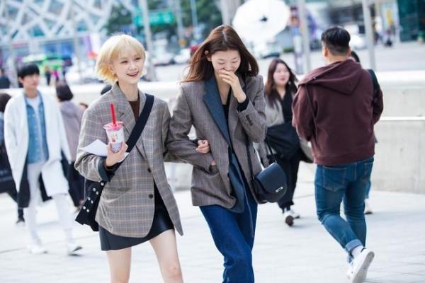Street fashion Trends bei den Damen Jeans und Rock
