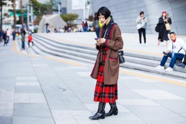 Μόδα της οδού - μακρύ κόκκινο φόρεμα - στυλ δρόμου