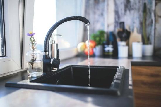 Top 5 Vorteile der leitungsgebundenen Wasserspender für Zuhause und Büro wasserhahn leitungswasser zuhause