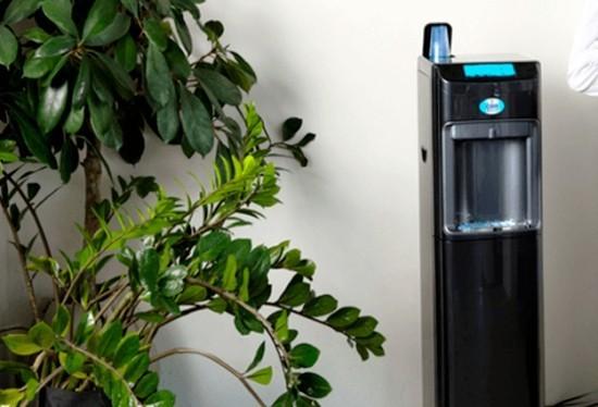 Top 5 Vorteile der leitungsgebundenen Wasserspender für Zuhause und Büro wasserverteiler auf den arbeitsplatz