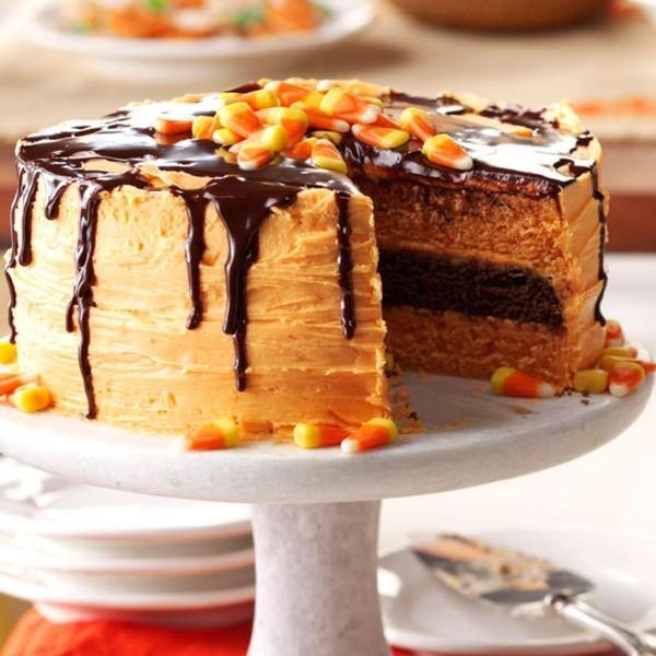 Torte Halloween Kuchen auf einem weißen Tablett