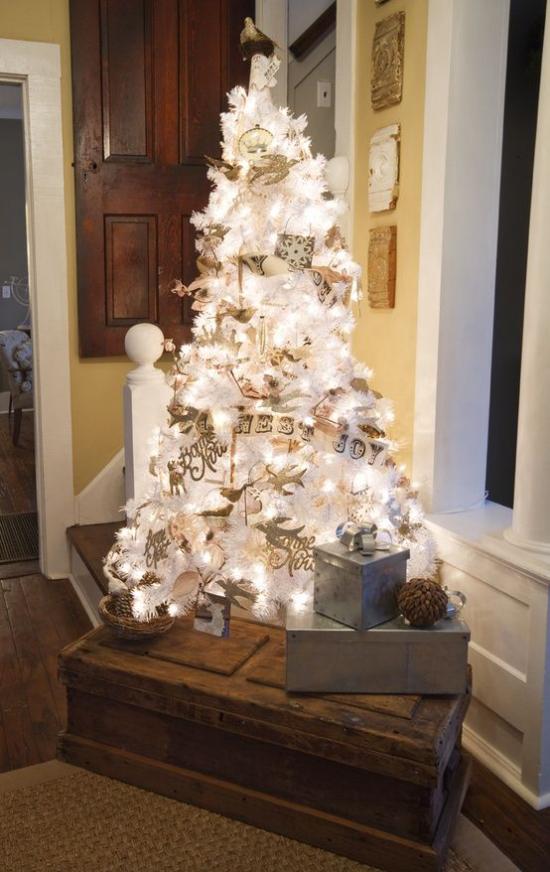 Weihnachtsbaum schmücken in Weiß und Silber Geschenke alle Lichter angezündet toller Blickfang im Raum