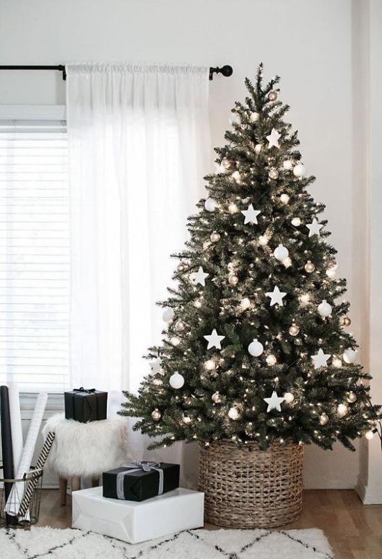 Weihnachtsbaum schmücken in Weiß und Silber Tannengrün