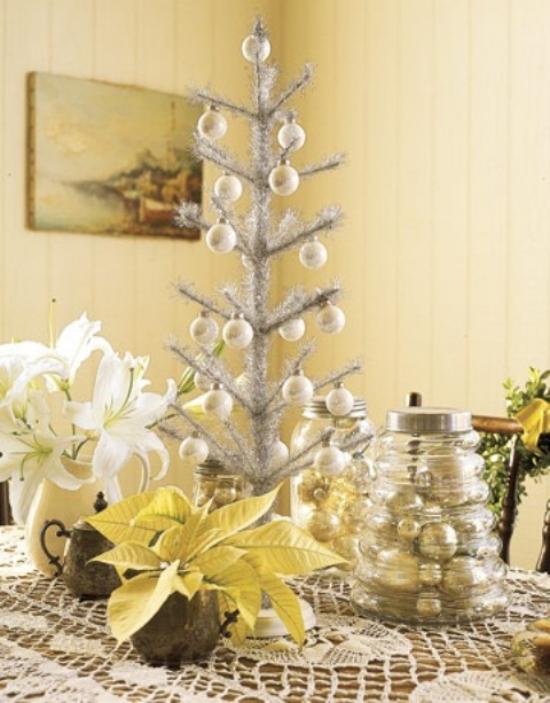 Weihnachtsbaum schmücken in Weiß und Silber dezente Farben kleiner Christbaum