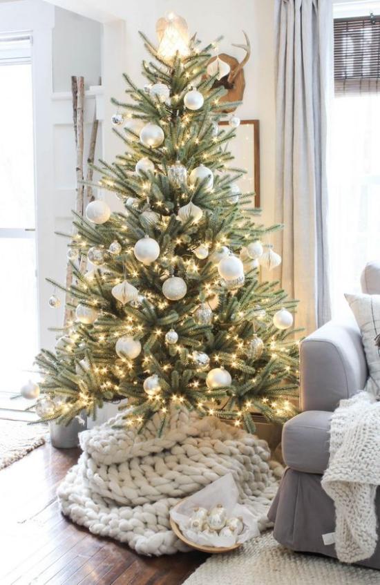 Weihnachtsbaum schmücken in Weiß und Silber glänzende Christbaumkugeln viele kleine Lichter