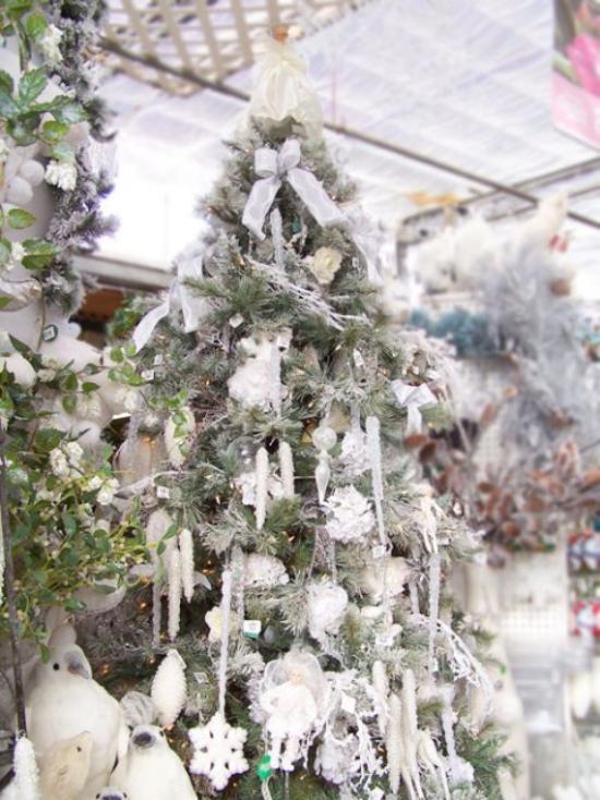 Weihnachtsbaum schmücken in Weiß und Silber hoher Christbaum weiße Girlanden Zapfen Sterne Kugeln Schleifen