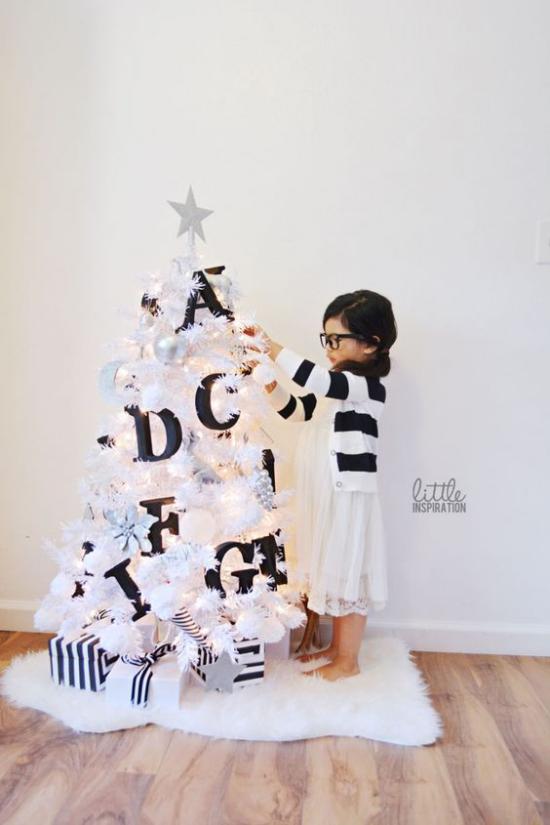Weihnachtsbaum schmücken in Weiß und Silber kleiner Baum in Weiß Deko in Schwarz Kontrast große Buchstaben kleines Mädchen