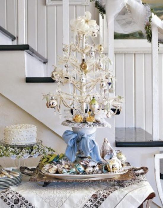 Weihnachtsbaum schmücken in Weiß und Silber kleines symbolischer Christbaum schön dekoriert auf dem Esstisch platziert