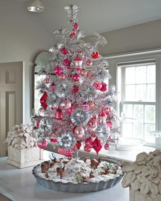 Weihnachtsbaum schmücken in Weiß und Silber mit Rot und Rosa kombiniert entzückender Look