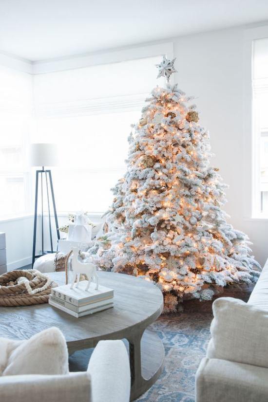 Weihnachtsbaum schmücken in Weiß und Silber schön dekorierter Christbaum alle Lichter angezündet