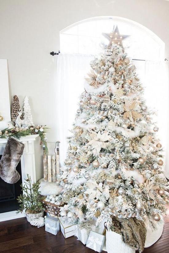 Weihnachtsbaum schmücken in Weiß und Silber schön dekorierter Christbaum darunter Geschenke richtiger Blickfang im Raum oben Stern