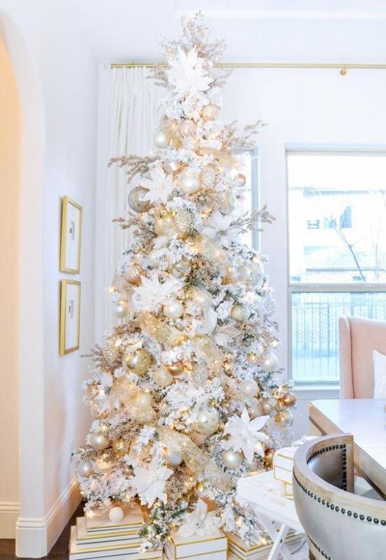 Weihnachtsbaum schmücken in Weiß und Silber schön dekorierter Christbaum darunter Geschenke richtiger Blickfang im Raum