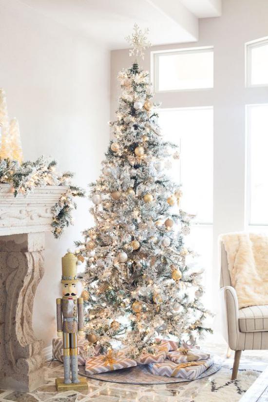 Weihnachtsbaum schmücken in Weiß und Silber schön dekorierter Christbaum verpackte Geschenke neben dem Kamin