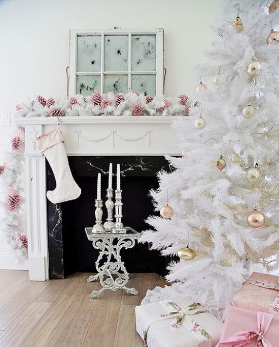 Weihnachtsbaum schmücken in Weiß und Silber schöne glänzende Kugeln im Hintergrund dekorierter Kamin Girlanden Kugeln