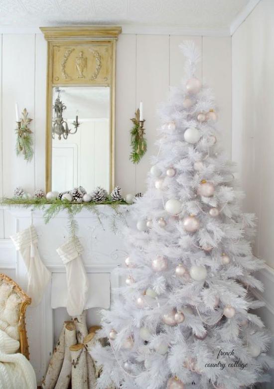 Weihnachtsbaum schmücken in Weiß und Silber schöner Blick vor dem Kamin alles ganz in Weiß