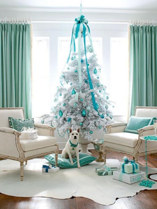 Weihnachtsbaum schmücken in Weiß und Silber sehr stilvolle Deko tolle Kombination Weiß Silber Blaugrün schöner Look