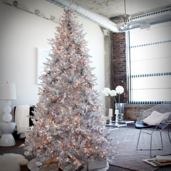 Weihnachtsbaum schmücken in Weiß und Silber viele Lichter keine Kugeln oder Sterne jedoch schön dekorierter Christbaum