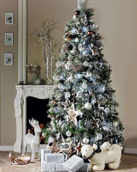 Weihnachtsbaum schmücken in Weiß und Silber vor dem Kamin toll dekoriert Hirsch Hund Geschenke