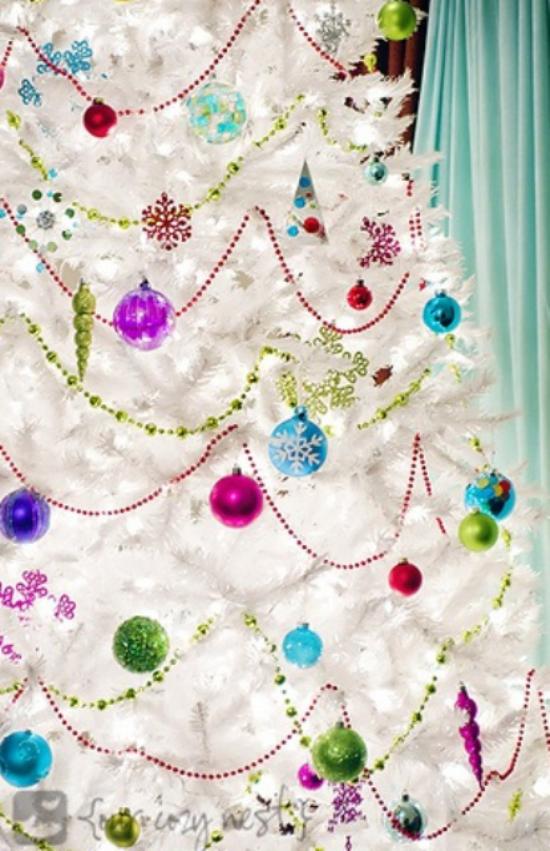 Weihnachtsbaum schmücken in Weiß und Silber weißer Hintergrund viele farbenfrohe Kugeln Girlanden Christbaumschmuck in Rot Lila Grün Blau