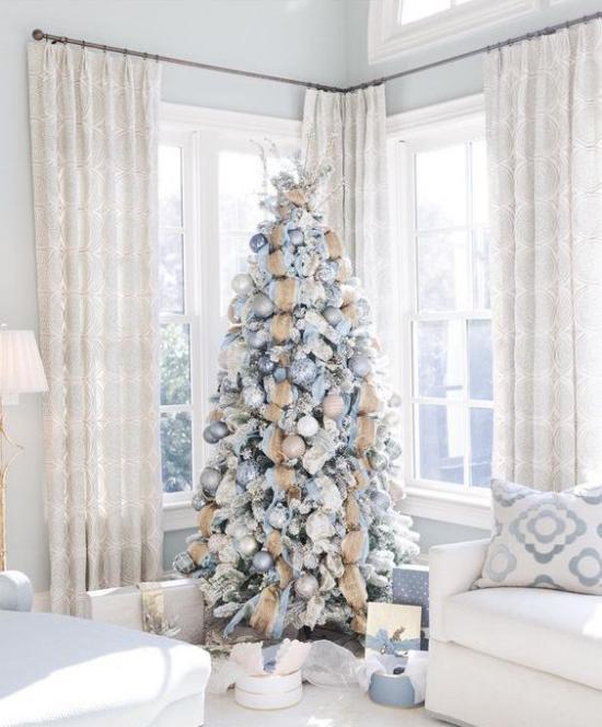 Weihnachtsbaum schmücken in Weiß und Silber weißes Ambiente dekorierter Christbaum Blickfang Geschenke darunter