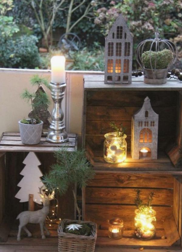 Weihnachtsdeko für Balkon Kerzen Lichter und Weihnachtsfiguren Holzkisten