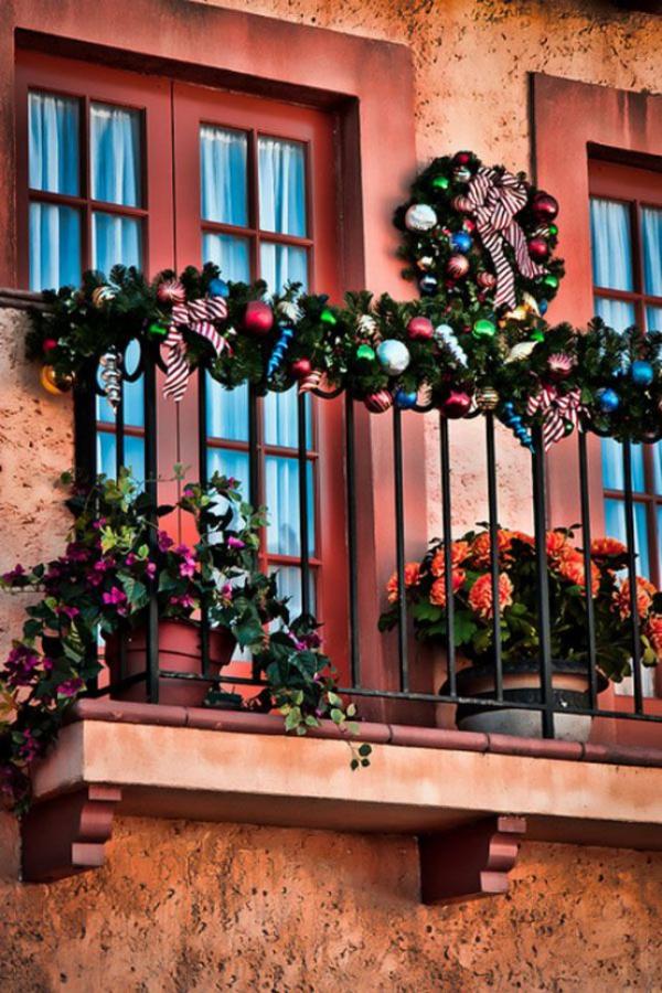 Weihnachtsdeko für Balkon Weihnachtskugeln Girlanden in verschiedenen Farben komplettieren den festlichen Look bringen den Balkon zum Glänzen