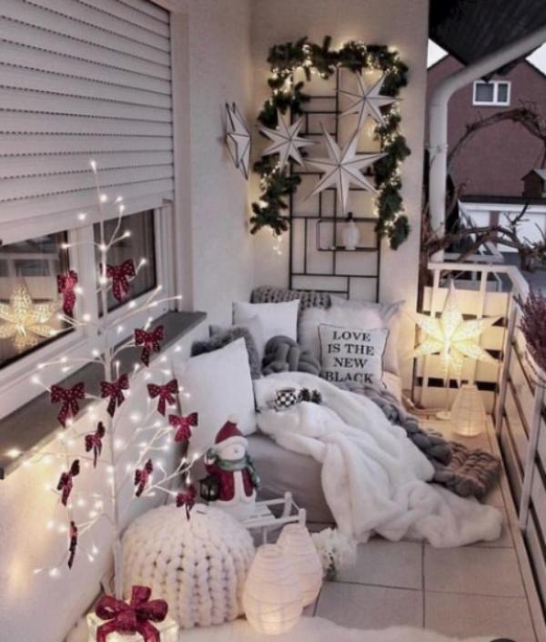 Weihnachtsdeko für Balkon dominierende Farbe Weiß winzige Akzente in Weinrot Ergebnis erstklassiger Deko Look