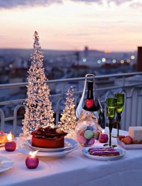 Weihnachtsdeko für Balkon schön dekorierter und festlich gedeckter Tisch im Freien