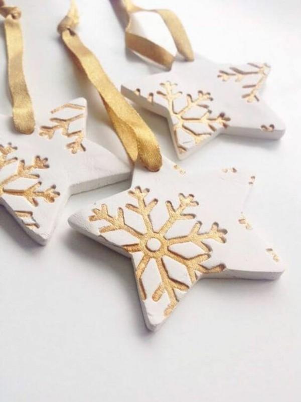 Weihnachtssterne basteln Fimo Ideen Weihnachtsdeko goldene Schneeflöcken Druck
