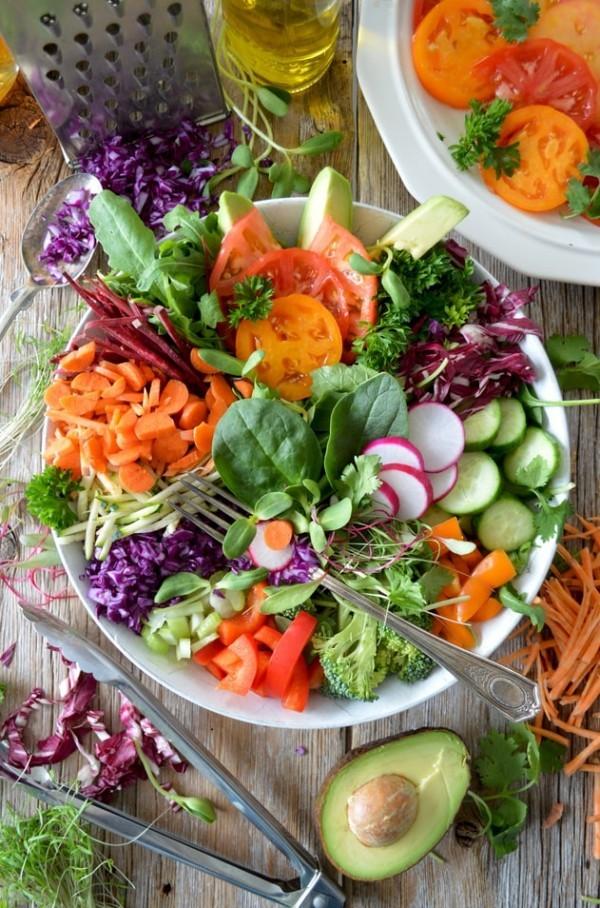 Wie ernähre ich mich gesund So gelingt Ihnen die richtige Ernährung! bunter salat mit viel gemüse