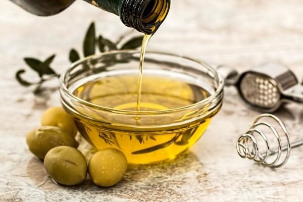 Wie ernähre ich mich gesund So gelingt Ihnen die richtige Ernährung! gesundes olivenöl gesunde fette