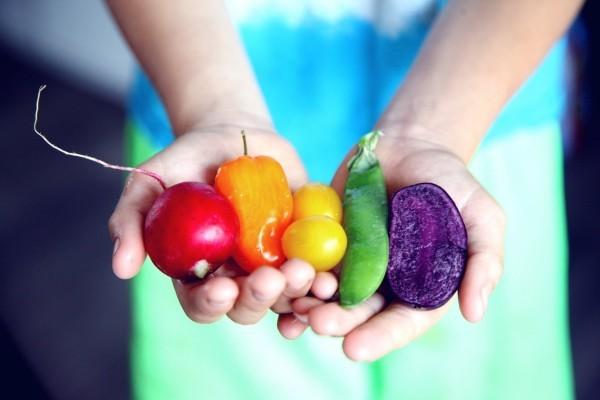 Wie ernähre ich mich gesund So gelingt Ihnen die richtige Ernährung! regenbogen gemüse gesund bunt