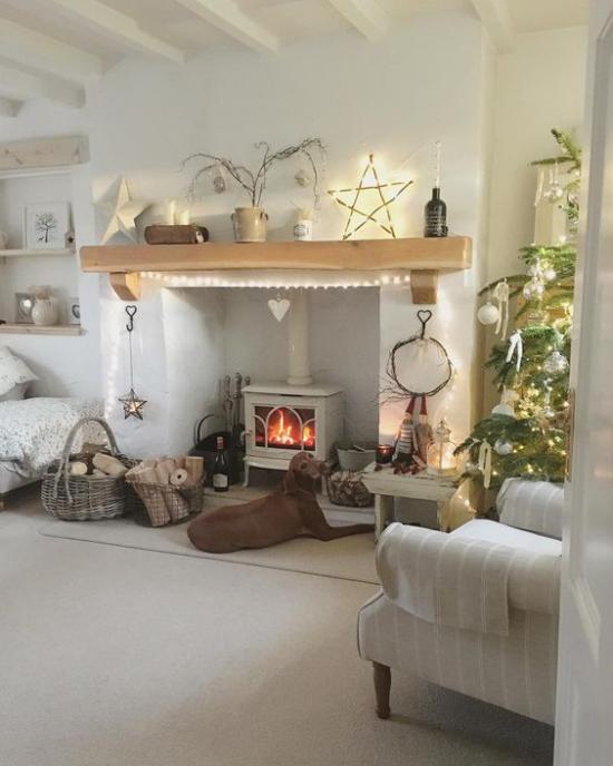 Winterdeko im Wohnzimmer brennender Ofen Hund davor rund herum dekoriert und beleuchtet gemütliche warme Atmosphäre