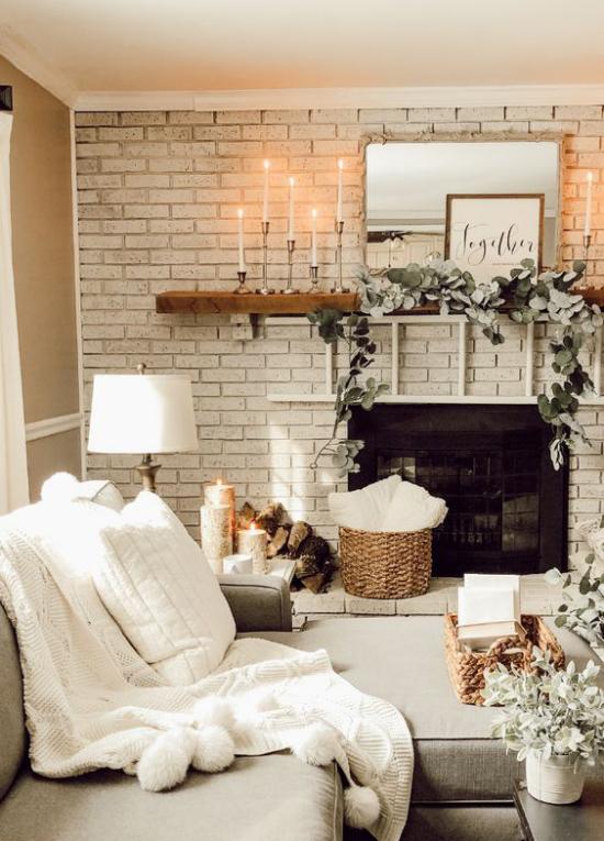 Winterdeko im Wohnzimmer dominierende Farbe Weiß ein paar beigefarbene Akzente rustikales Flair