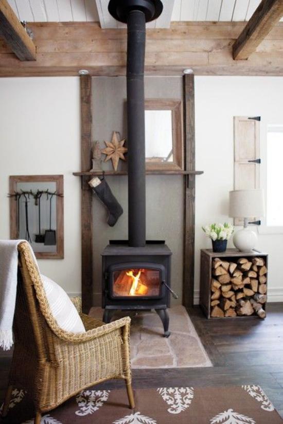 Winterdeko im Wohnzimmer eine gemütliche Ecke bescheiden dekoriert Brennholz Ofen Sessel