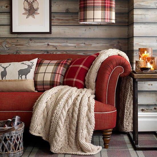 Winterdeko im Wohnzimmer handgestrickte Decke in Beige rotes Sofa Kissen gemütlich und bahaglich rustikaler Look