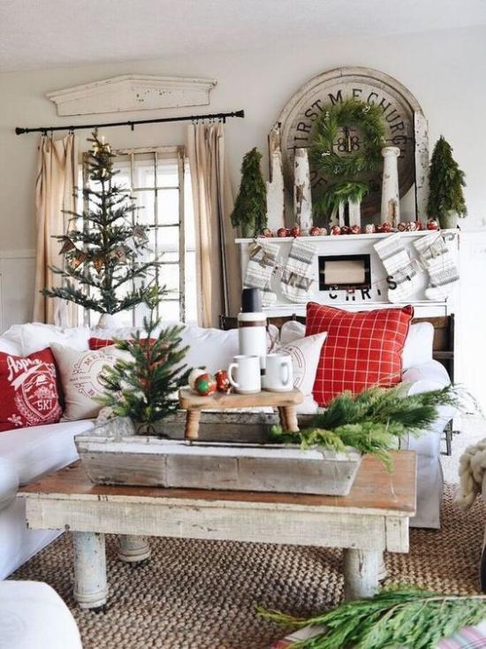 Winterdeko im Wohnzimmer rustikaler Look Holztisch vorwiegend in Weiß noch Rot und Grün hinzugefügt