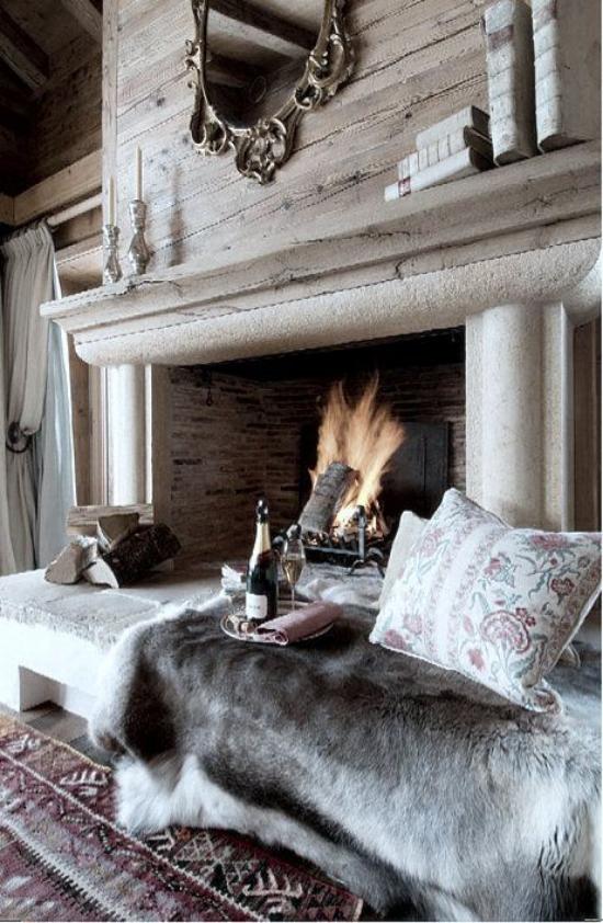 Winterdeko im Wohnzimmer rustikaler Stil großer Kamin Sitzbank davor weicher Pelz Kissen Platz für richtige Auszeit