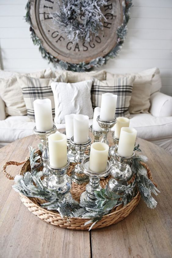 Winterdeko im Wohnzimmer weiße Kerzen im flachen Flechtkorb arrangiert mit etwas Glanz und Glitzer ein echter Blickfang
