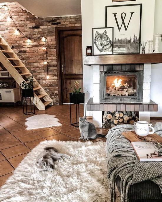 Winterdeko im Wohnzimmer weiche Texturen Kaminfeuer Lichterketten Kunstfellteppich gemütliche Atmosphäre