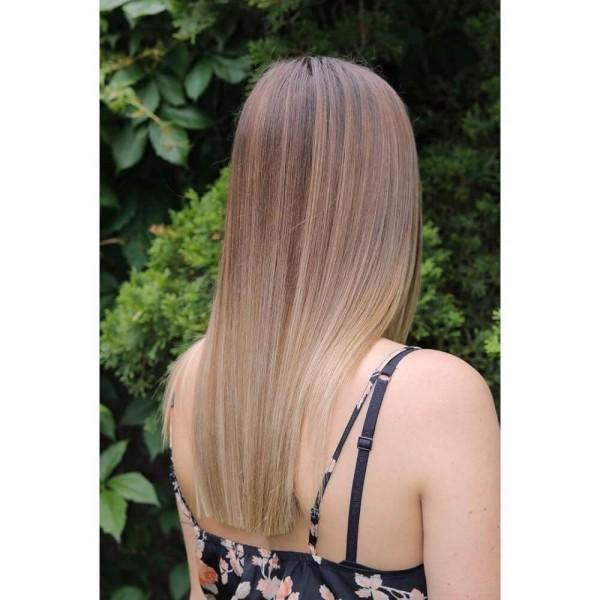 frisuren dünnes haar - sehr langes Haar mit einem bunten Oberteil
