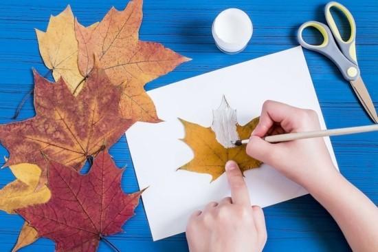 gespenster basteln mit herbstblättern zu halloween