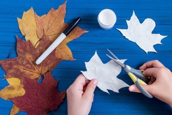 gespenster basteln mit kindern zu halloween mit herbstblättern