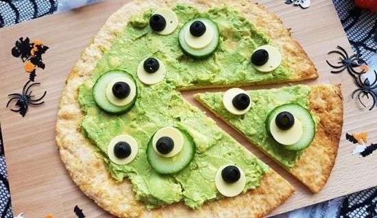 gruselige pizza belag ideen guacamole gurken augen