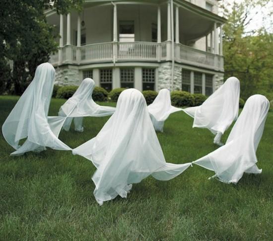 halloween gespenster basteln mit tüchern aussen deko