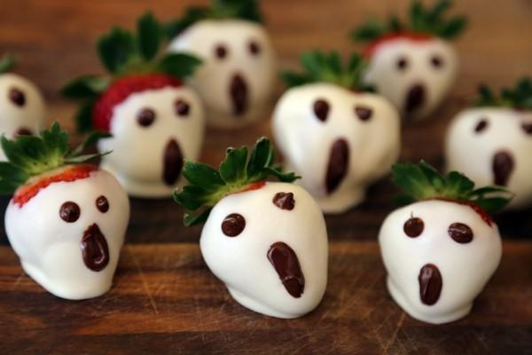 halloween gespenster mit erdbeeren und schokolade