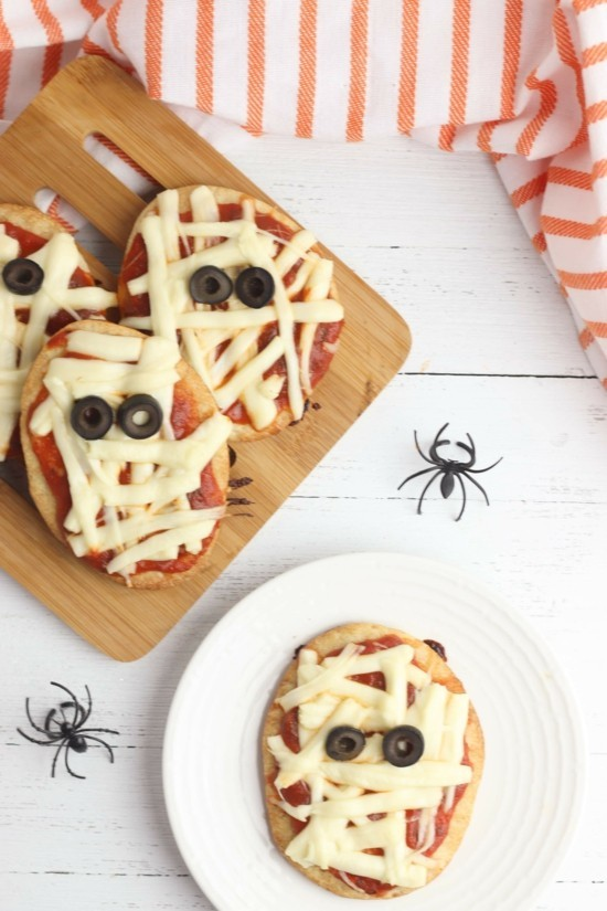 halloween pizza belag ideen mumien mit käse