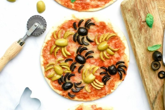 halloween pizza belag ideen spinnen oliven